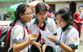 考生考完數學後在考場外討論試題。(示意圖源:TTO)