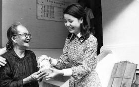 1971年7月23日鄧麗君到堤岸海南醫院看望孤寡老人。