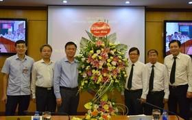 值傳統日72週年紀念司法部長黎成隆向民事案件執行總局贈送鮮花祝賀。(圖源:宏黎)