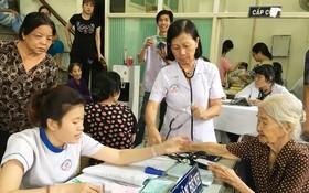 志願醫師隊伍為長者進行初步檢查。