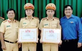共青團本市市委給武庭南上尉與段晉富中尉頒發獎狀。