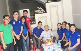 第六郡青年慰問越南英雄母親黎氏映。