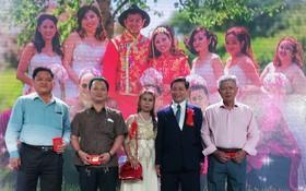 丁繼昌伉儷(右起第二、三人)向各單位代表交贈樂助基金。