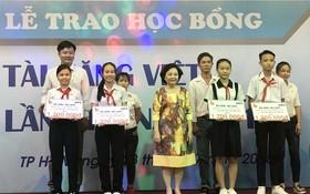 賴謙總經理頒發獎助學金給學生。