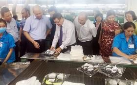 楊宏副總經理(右六)向代表團介紹產品。