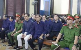 出庭受審的被告人沈啤(前排右二)與共犯。(圖源:玉華)