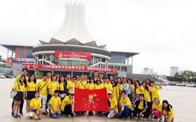 參加夏令營的啟秀華文中心學生在中國留影。