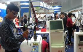 參觀者即場試驗展示產品。