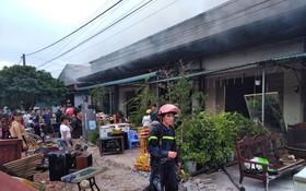 民眾連忙把家具等東西搬出房外以防火勢燒毀。(圖源:廣寧報)