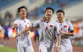 越南隊後衛文厚(中)與隊友慶祝進球。(圖源:互聯網)