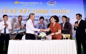 越南航空公司與越南奶品公司領導簽署合作協議書。(圖源:黃燕)