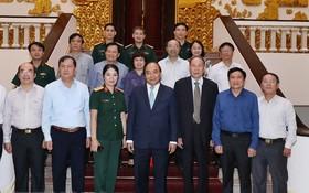 政府總理阮春福與越南落葉劑受害者協會領導合照。(圖源:互聯網)