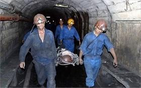 受害者獲救並送出礦場外進行救治。(示意圖源:生活與法律報)