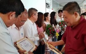 杭慰瑤主席頒發證書給新會員。