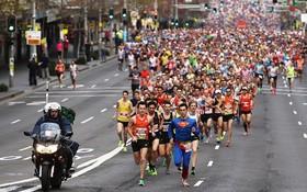 參賽選手隨起步槍聲一湧而上。(圖源:Getty images)