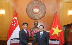 越南祖國陣線中央委員會主席陳清敏接見新加坡人民協會執行理事長德斯蒙德‧坦恩。(圖源:光榮)