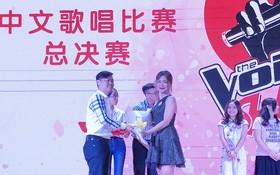 陳氏霞兒(前右)以《她說》一曲奪得SHZ華語歌唱比賽冠軍。