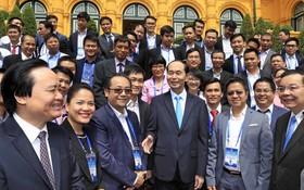 國家主席陳大光與各代表交流。(圖源:顏創)
