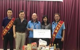 本報工會副主席陳月寶 (右二)代表接領禮物。