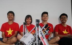 我國學生隊與參賽的機器人。(圖源:First Global)