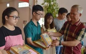 徐有燦理事長向優秀子弟頒發獎學金。