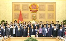 政府總理阮春福與越僑知識份子合影留念。(圖源:光孝)