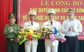 黎玉二大校(左二)和陳廷鐘大校(右二)分別獲委任為峴港市公安廳副廳長。(圖源:元魁)