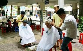 為當地42名孤寡長者及貧困兒童免費理髮。