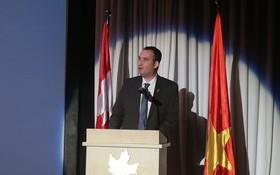 加拿大駐胡志明市總領事凱爾•努納斯(Kyle Nunas)在紀念儀式上發言。(圖源:寶珠)