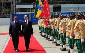 埃塞俄比亞總統穆拉圖‧ 特肖梅和國家主席陳大光檢 閱儀仗隊。(圖源:顏創)