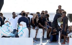 西西里港迪奇奧蒂號船上等候下船的尋求庇護者。(圖源:路透社)