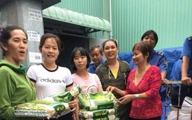 各商販向貧困戶派發大米。