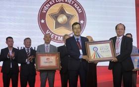 越南紀錄大全中心頒發證書給各集體與個人。