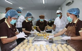 Sweet home餅家的資深師傅在研製天然水果月餅系列。