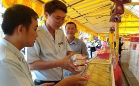 食品安全監察員在某一零售店取樣月餅送去檢測。(圖源:玉映)