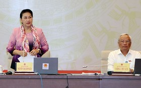 國會主席阮氏金銀(左)在會議上發表講話。(圖源:仲德)