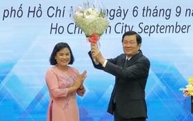 吳氏芳蘭校長向原國家主席張晉創(右)贈送鮮花。