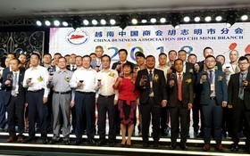 吳駿總領事、翁明照會長與各理事上台向大家敬酒。