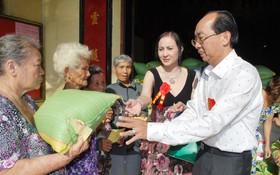理事長黃偉峰和夫人阮氏日鳳向窮人派發大米。