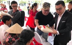青商會長李鴻毅與會員們把物資派發當地數百名窮人。