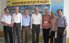 生前余惠蓮大娘(右三)與越華革命老前輩合照。