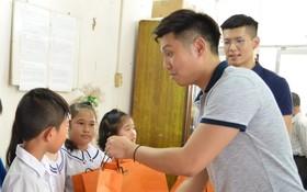 西貢屏榮公司代表向學生派發月餅。