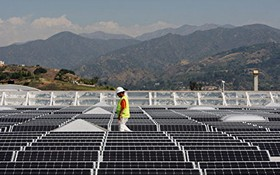 美國加利福尼亞州州長傑里‧布朗當地時間10日簽署一項法案,提出到2045年加州將實現電力100%由清潔能源供應,完全拋棄煤電等傳統化石能源發電方式。圖為加州格倫多拉市(Glendor)一家Sam's Club超級店的太陽能屋頂。 ( 圖源:Getty Images)