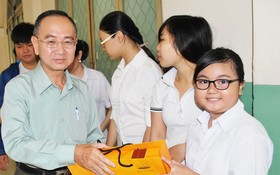本報編委兼編輯部主任范興向學生派發月餅。