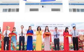 西貢實行中學落成剪綵儀式一隅。