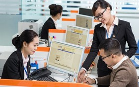 銀行職員正交流有關使用資訊技術的經驗。