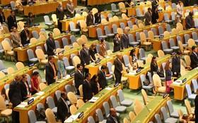 出席聯合國大會的各國代表為國家主席陳大光默哀1分鐘。(圖源:越通社)