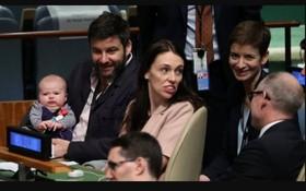 這是三個月大的妮維(Neve)首次隨同父母出國旅行。還未滿百日的她,由爸爸抱著,陪媽媽參加聯合國大會會議。(圖源:路透社)
