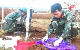 584烈士遺骸歸集隊在挖掘並搜集烈士遺骸。(圖源:越通社)