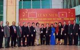 芹苴市越中友協全體委員合影。